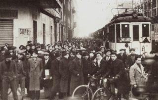 1930 circa, pendolari in via Padova