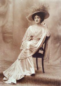 L'attrice Lyda Borelli con un abito di Rosa Genoni, 1908