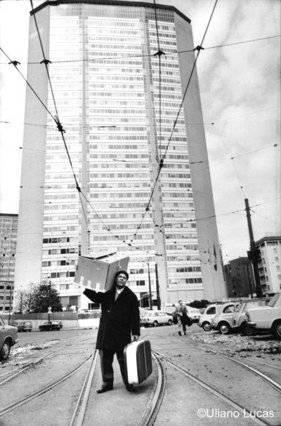 Migrante davanti al grattacielo Pirelli, 1968