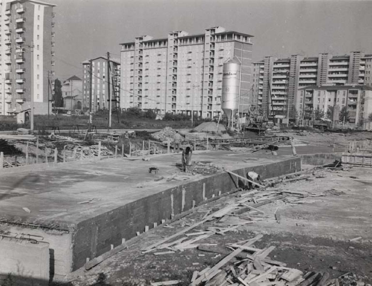 Operai impegnati nella copertura del fiume Olona a ridosso del quartiere QT8
