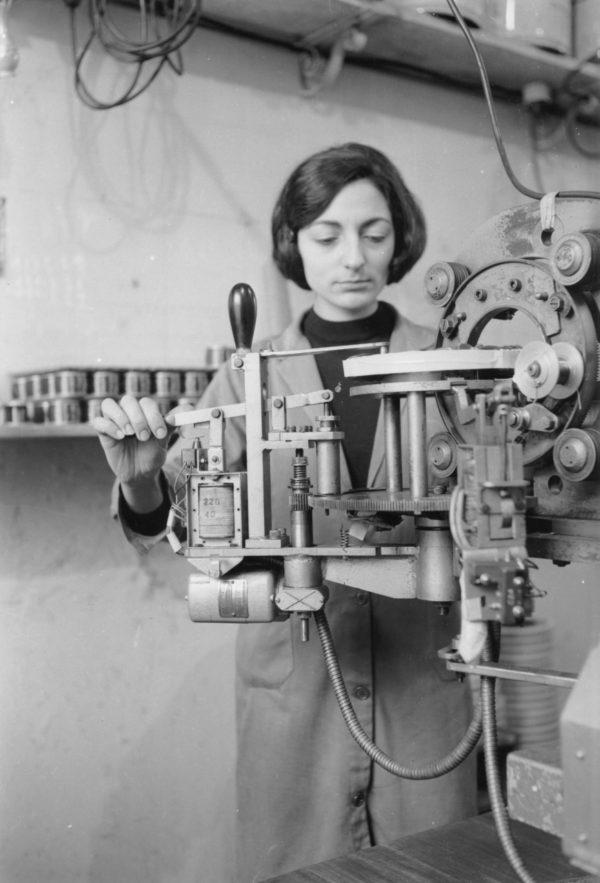 Operaia al lavoro in una fabbrica elettromeccanica, 1967
