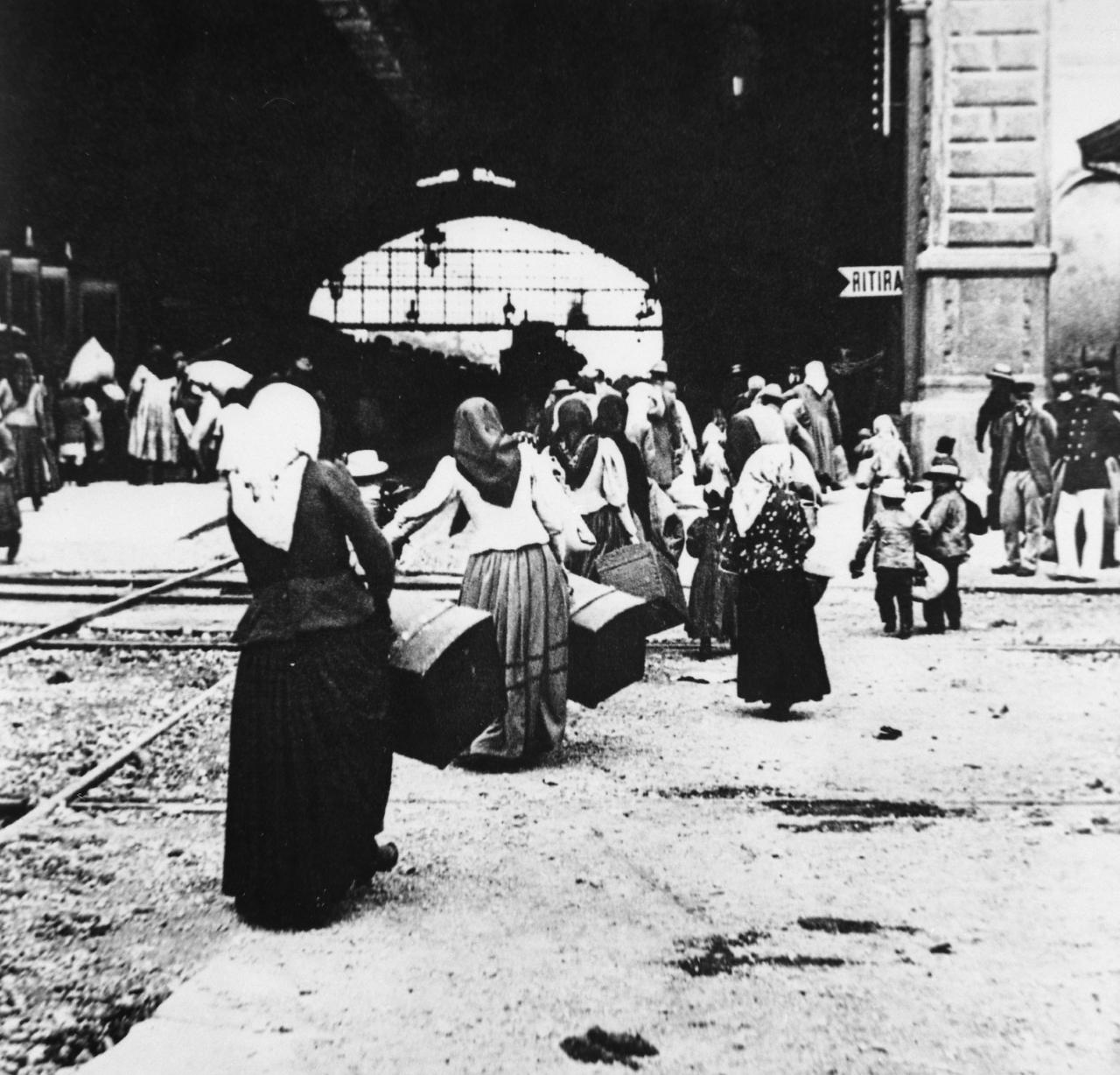 Donne verso la Stazione Centrale di Milano, inizi del Novecento