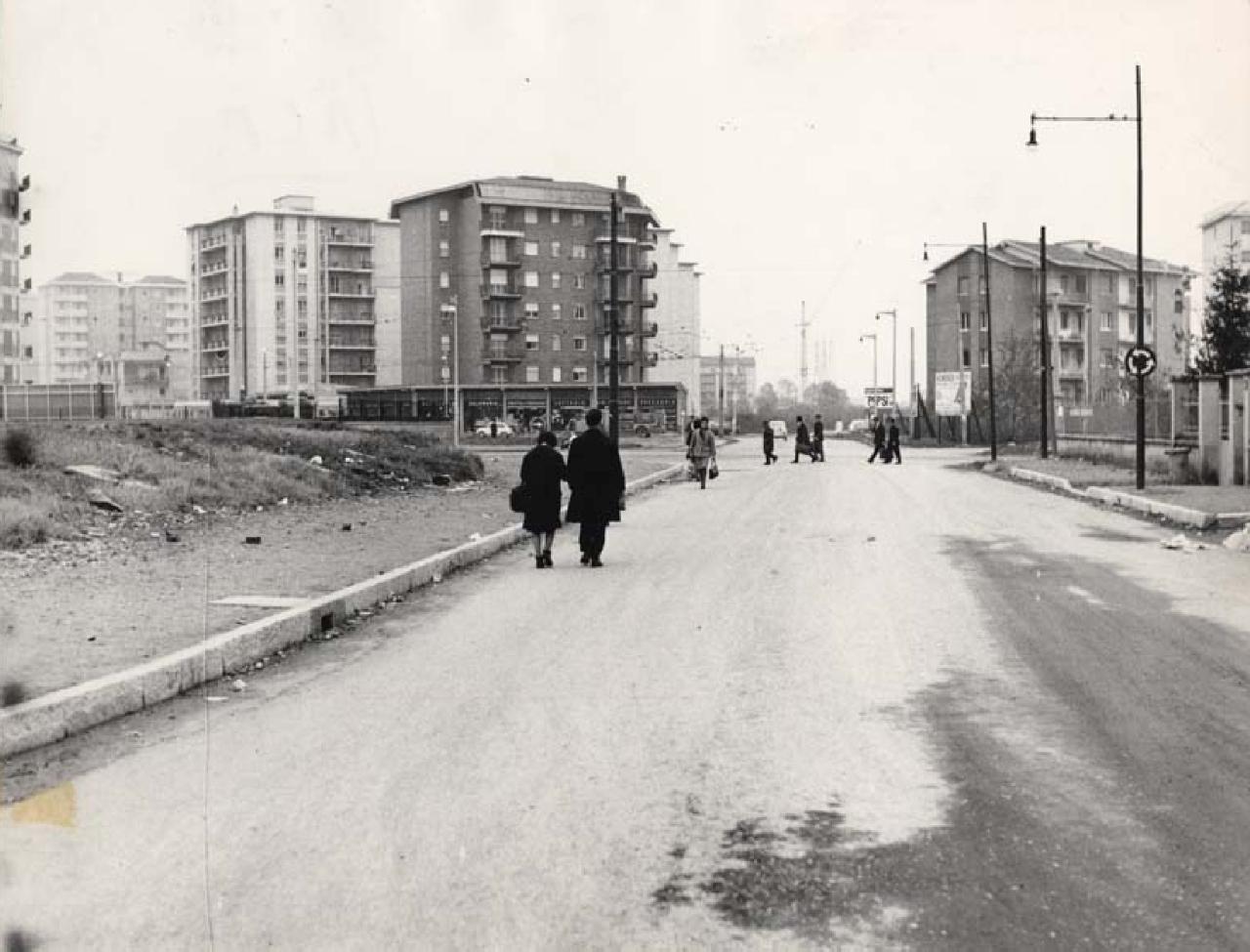 I nuovi palazzi popolari e le strade non ancora asfaltate del quartiere Chiesa Rossa, 1964