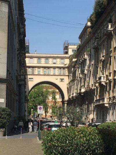 Via Salvini, esito di una lottizzazione tra il 1923 e 1926. Sullo sfondo l'arco della casa di abitazione di Piero Portaluppi