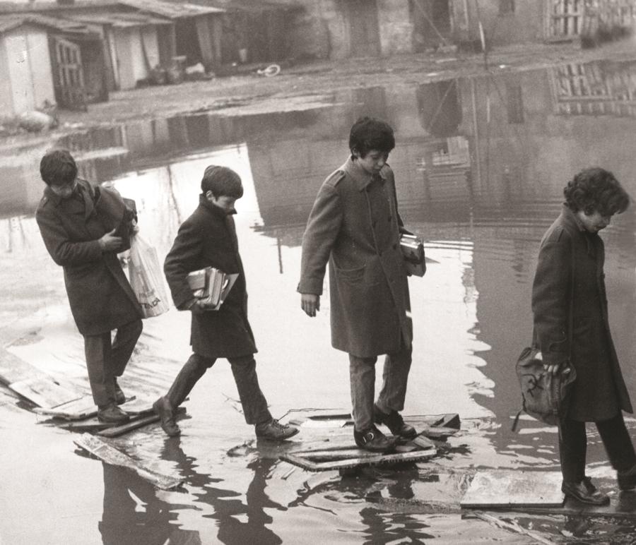 Andando a scuola in via Crescenzago, 1964 . Foto di Giancarlo De Bellis (Fondazione ISEC, Sesto San Giovanni)