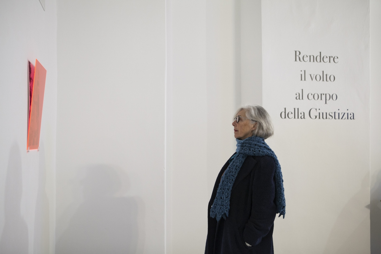 "Hacking Monuments Visitatrice osserva ""B side // Pertini"" durante l'opening"